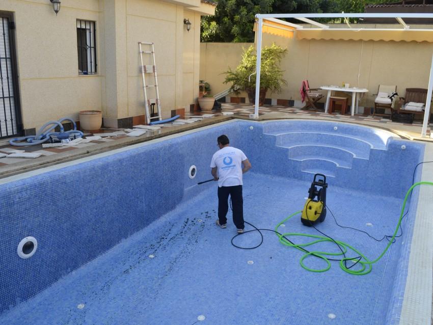 Limpieza de piscina por algas negras